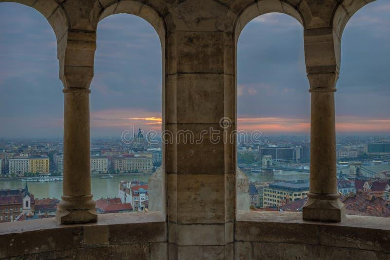 Будапешт, Венгрия - взгляд от бастиона рыболова на восходе солнца с базиликой ` s цепного моста и StStephen Szechenyi стоковое фото