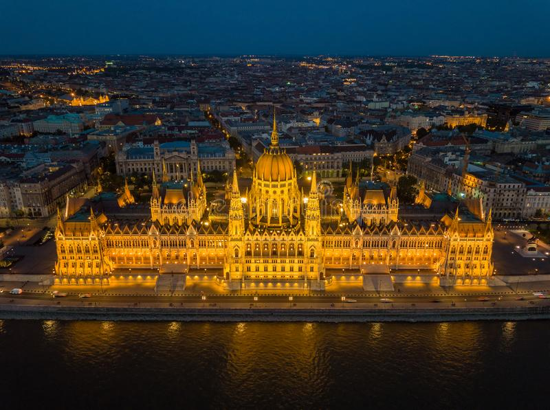 Будапешт, Венгрия - вид с воздуха красивого загоренного парламента Венгрии Orszaghaz на голубом часе стоковая фотография