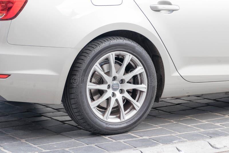 Будапешт/Венгрия -02 09 18: Конец улицы колеса автомобиля Audi Volkswagen припаркованный вверх стоковая фотография rf