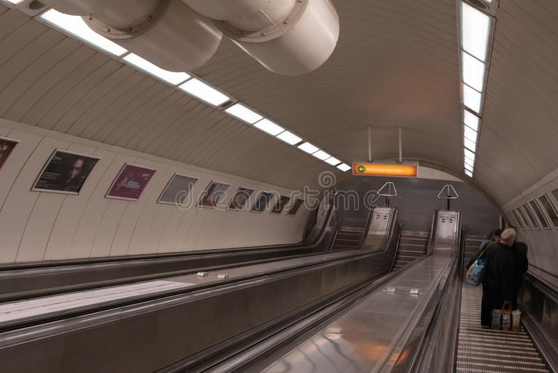 Будапешт, Венгрия - май 2019: Длинные эскалаторы в метро Будапешта, Венгрии стоковая фотография