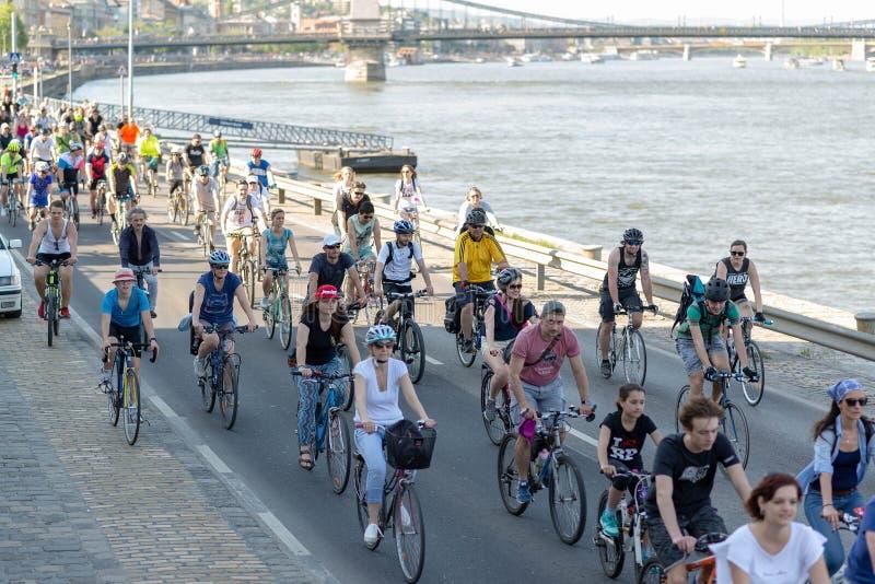 БУДАПЕШТ, ВЕНГРИЯ 22-ОЕ АПРЕЛЯ 2018: Парад ` велосипедистов в Будапеште, Венгрии с много счастливых людей стоковое фото