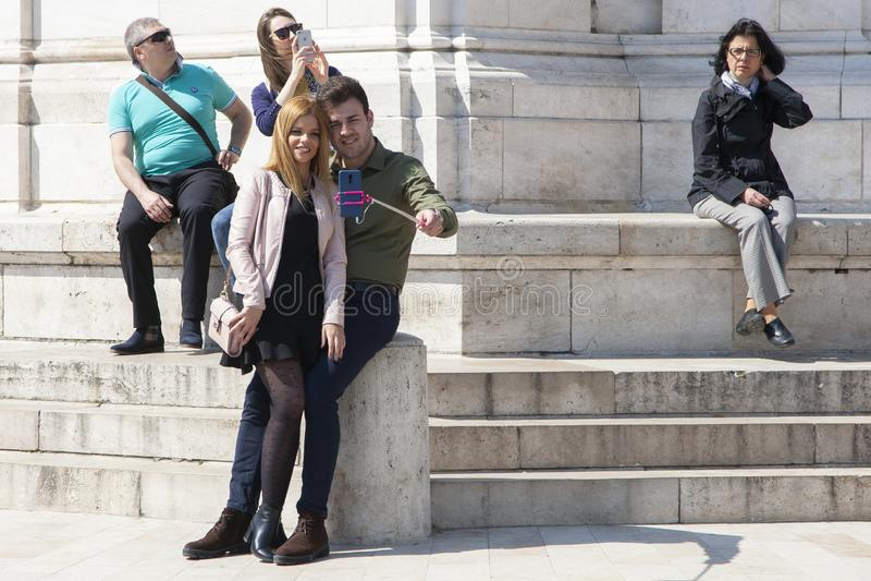 Будапешт, Венгрия - 8-ое апреля 2018: пары принимая selfie с телефоном и делая придурковатые стороны в улице стоковые фото