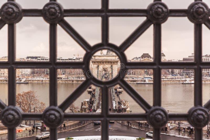 БУДАПЕШТ, ВЕНГРИЯ - 16-ОЕ ДЕКАБРЯ 2018: Взгляд сверху к цепному мосту в зиме со снегом в Будапеште, Венгрии стоковые изображения