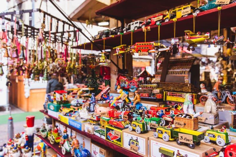 БУДАПЕШТ, ВЕНГРИЯ - 19-ОЕ ДЕКАБРЯ 2018: Туристы и местные люди наслаждаясь красивой рождественской ярмаркой на St Stephen стоковые фотографии rf
