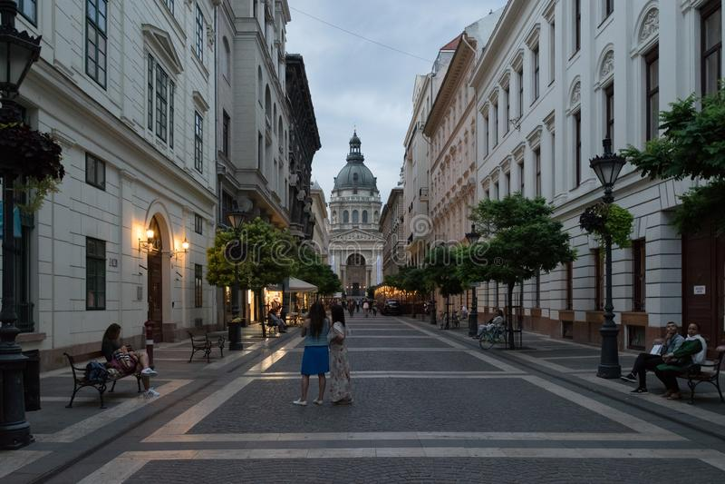 Будапешт, Венгрия Улица Zrinyi Utca и ` s St Stephen базилика стоковое изображение