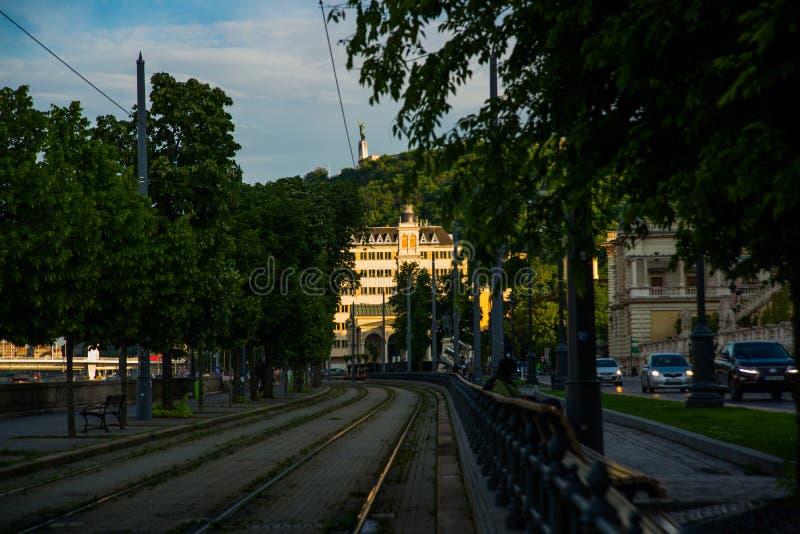БУДАПЕШТ, ВЕНГРИЯ: Широкоформатный взгляд стоек статуи свободы или статуи свободы на холме Gellert стоковое изображение rf