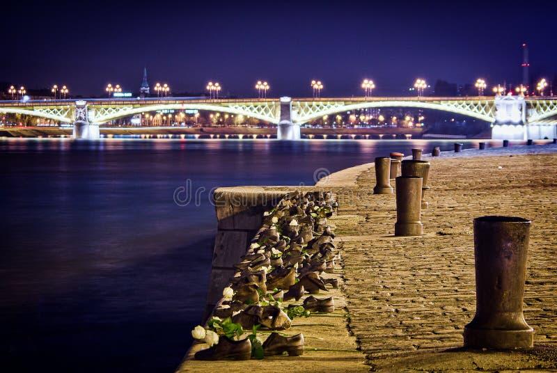 Будапешт, Венгрия - 3-ье марта 2012 Ботинки на банке Дунай - памятник в Будапеште стоковые изображения rf