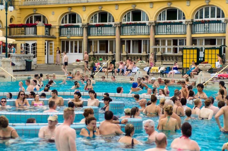 БУДАПЕШТ - июль 2015 - люди имея термальную ванну в Szecheny стоковое изображение rf