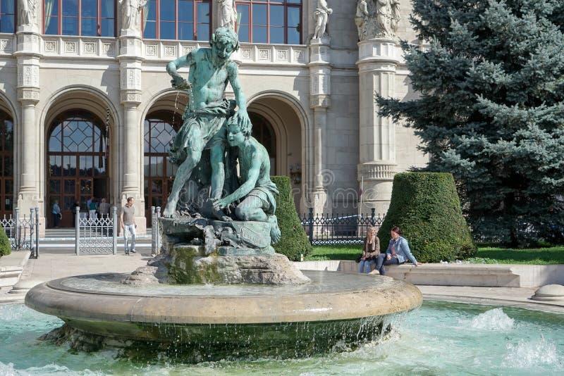 БУДАПЕШТ, HUNGARY/EUROPE - 21-ОЕ СЕНТЯБРЯ: Статуя перед стоковая фотография rf