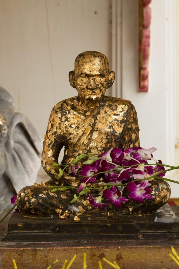 Будда был предусматриван в сусальном золоте в тайском виске стоковое фото rf