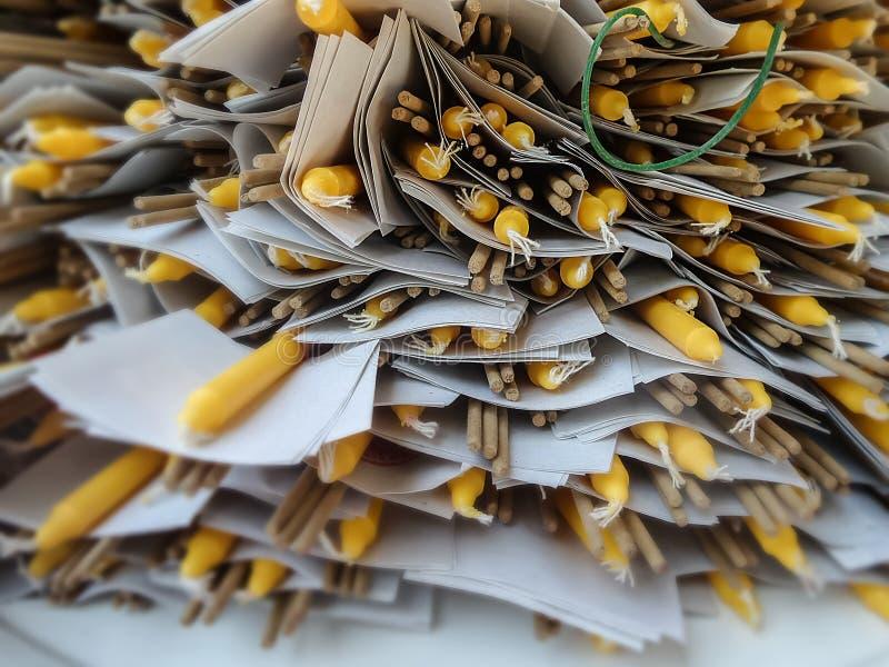 будда: венец, жёлтая свеча и золотой лист установлены для буддистов, стоковое фото rf