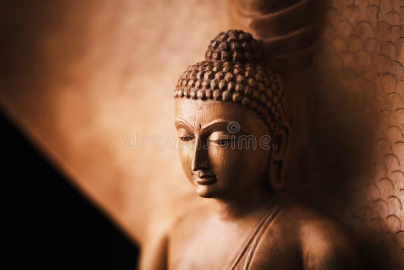 Будда в представлении раздумья, под защиту Muchalinda стоковые фото