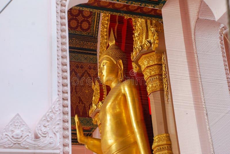 Будда для публики для того чтобы оплатить поклонение почтения на Nakhon Pathom, Таиланде стоковые изображения rf