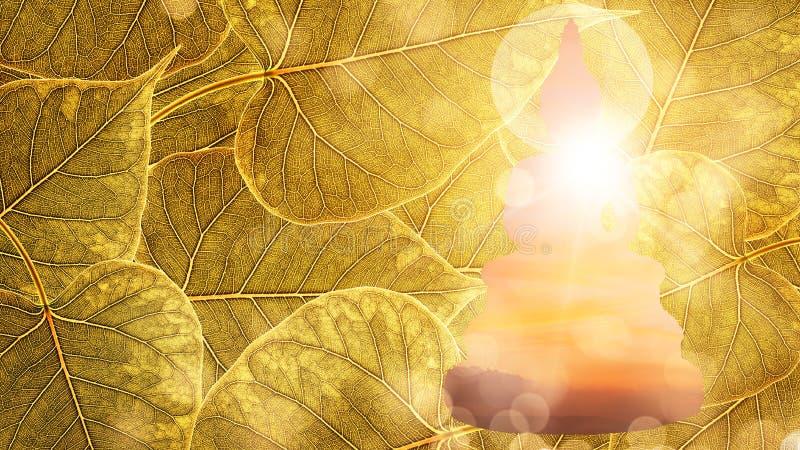 Будда сидит на двойной экспозиции или silhouet предпосылки boleaf золота стоковое изображение