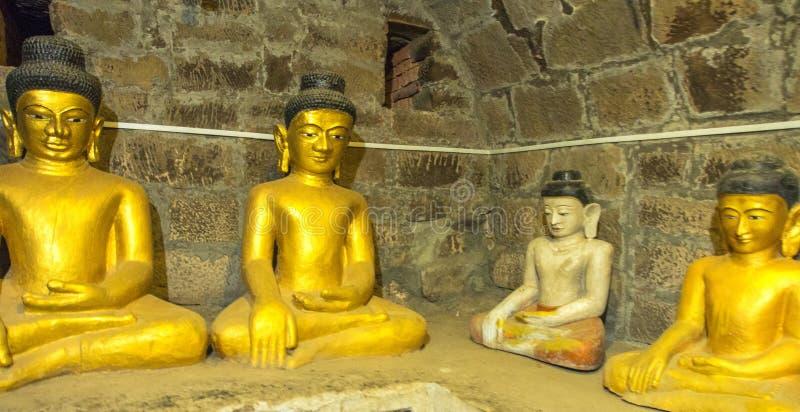 Будда смотрит на статую в Mrauk u, Мьянме стоковое фото