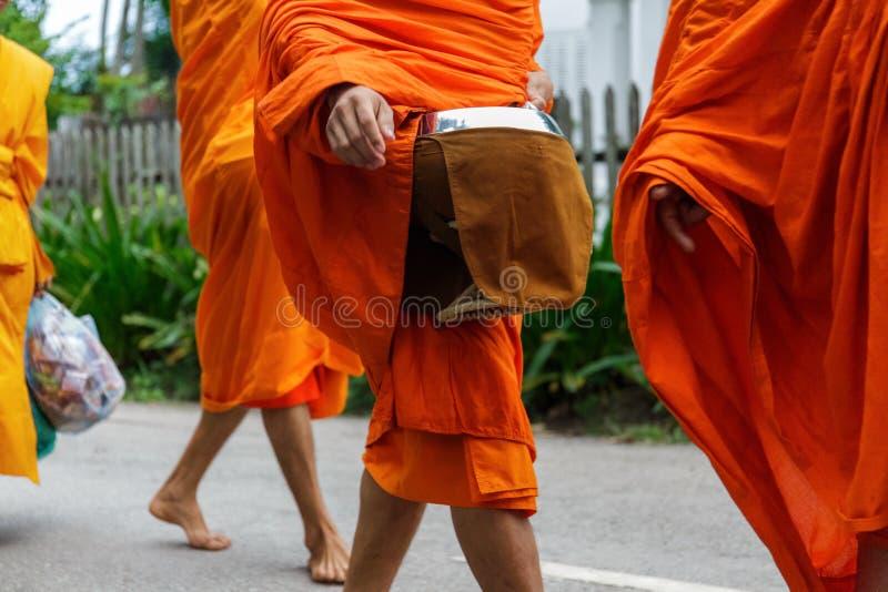 Буддийские монахи собирают милостыни в Luang Prabang, Лаосе стоковое изображение rf
