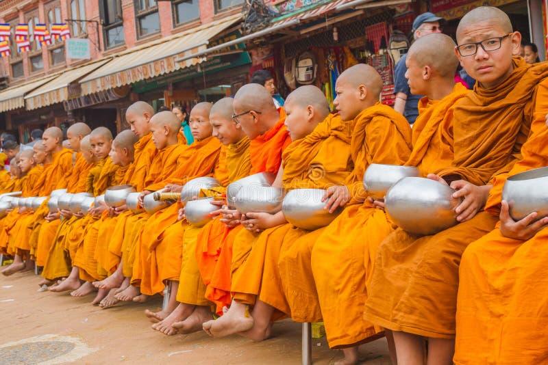 Буддийские монахи собирая милостыни по случаю Будды Jayant стоковое фото rf