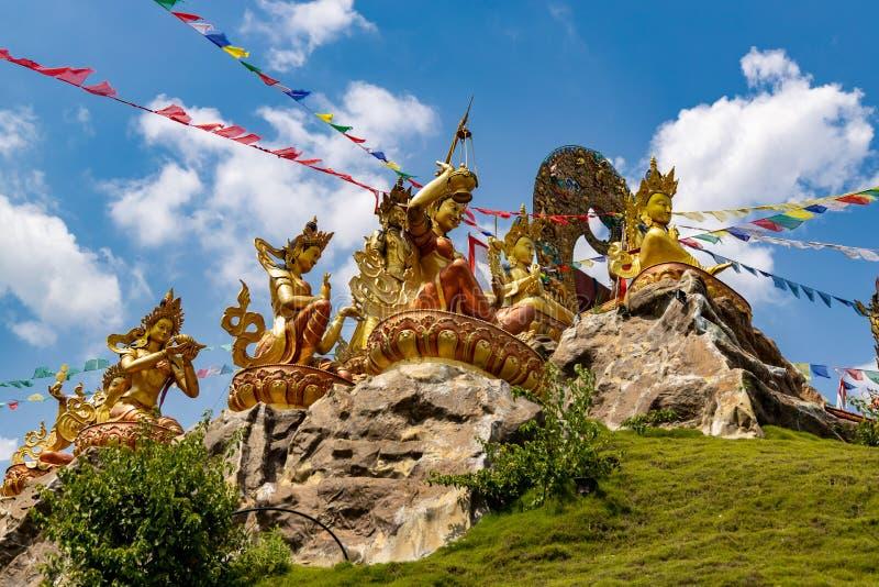 Буддийские статуи на монастыре в Непале стоковые изображения