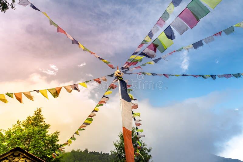 Буддийские тибетские флаги молитве против голубого неба стоковое фото
