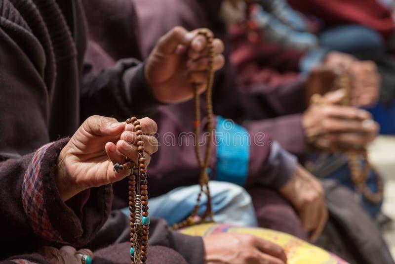 Буддийские шарики в руках тибетских паломников моля в монастыре Lamayuru, Ladakh стоковое фото rf