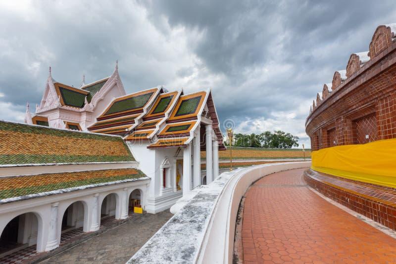 Буддийский висок в Таиланде с дорожкой изогнутой на предпосылке неба overcast, мраморе и конкретном дизайне стоковые фотографии rf
