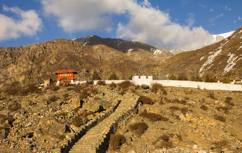 Буддийский висок на наклоне горы, Muktinath, Annapurna Conserva стоковая фотография