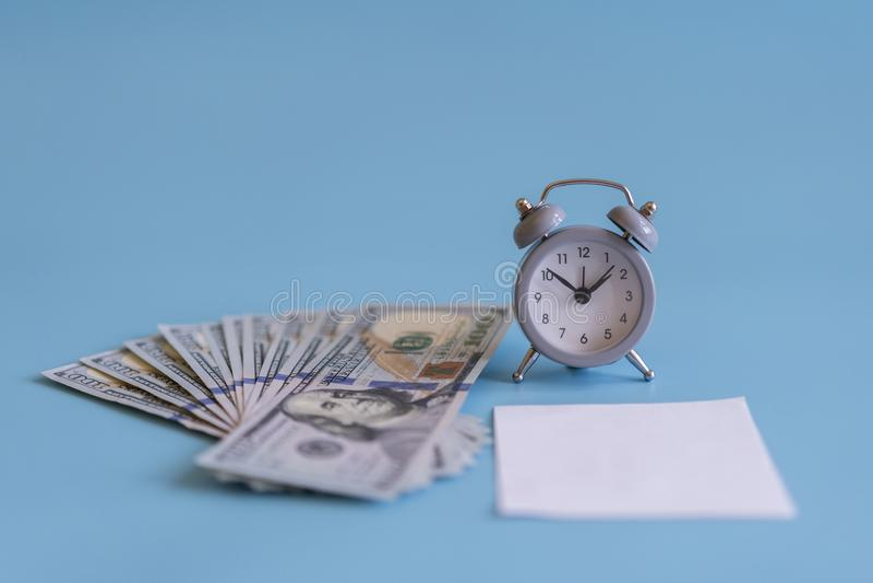 Будильник и доллары, конец вверх Время деньги Серый будильник на долларах банкнот денег, концепции планированиe бизнеса и fi стоковая фотография rf