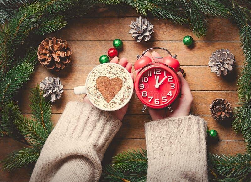 Будильник рождества классические и чашка капучино стоковые изображения rf