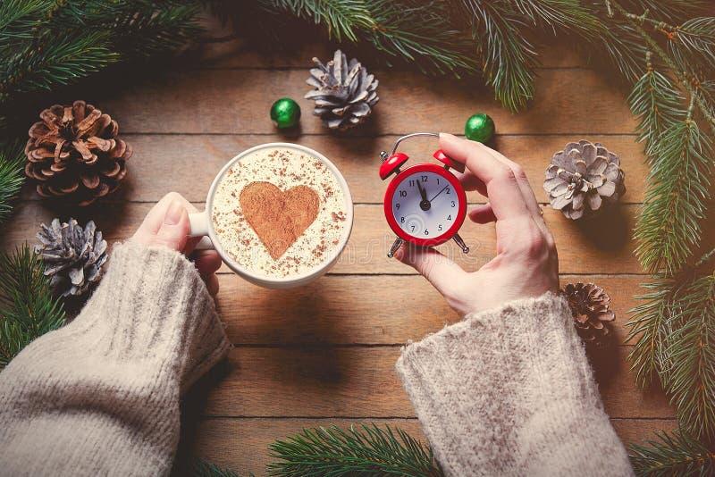 Будильник рождества классические и чашка капучино стоковая фотография rf