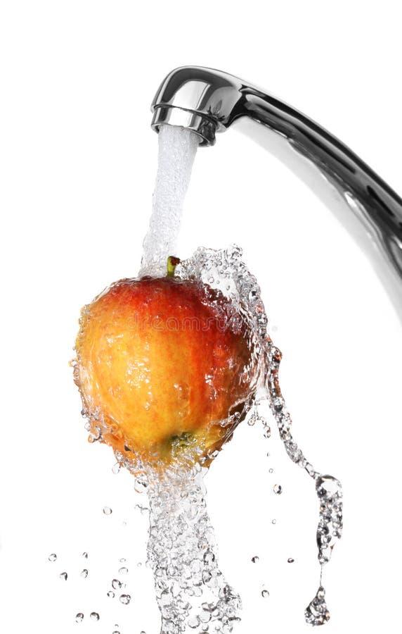 будучи помытым яблоко стоковое изображение