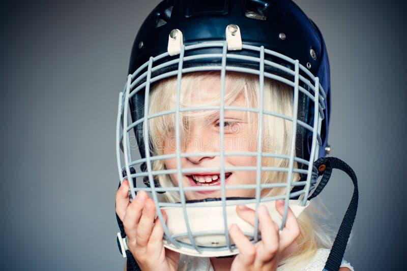 Будущая звезда спорта Воспитание и карьера спорта Конец шлема хоккея носки ребенка девушки милый вверх Безопасность и защита стоковое изображение rf