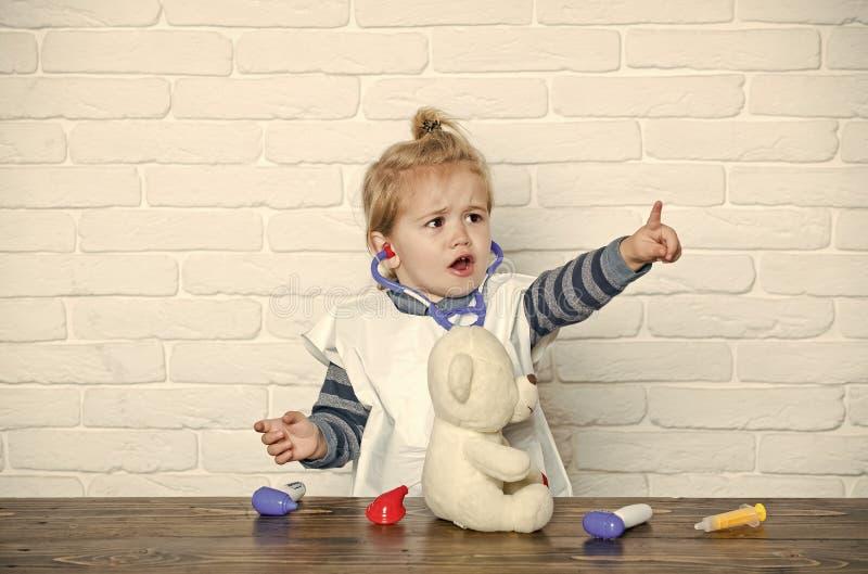 Будущая концепция профессии Здоровье, здравоохранение, медицина Игра, развитие, воображение Пункт доктора ребенка зооветеринарный стоковое изображение