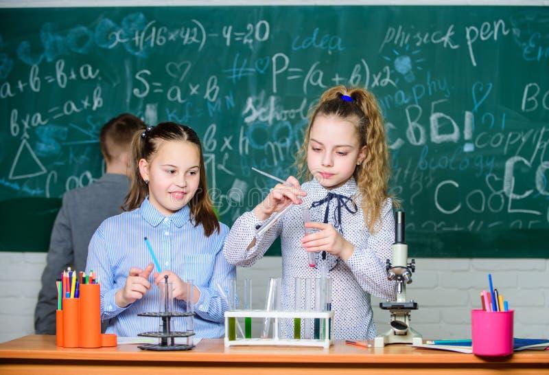Будущая концепция технологии и науки Дети в классе с микроскопом и пробирками Дети изучают биологию или стоковое фото rf
