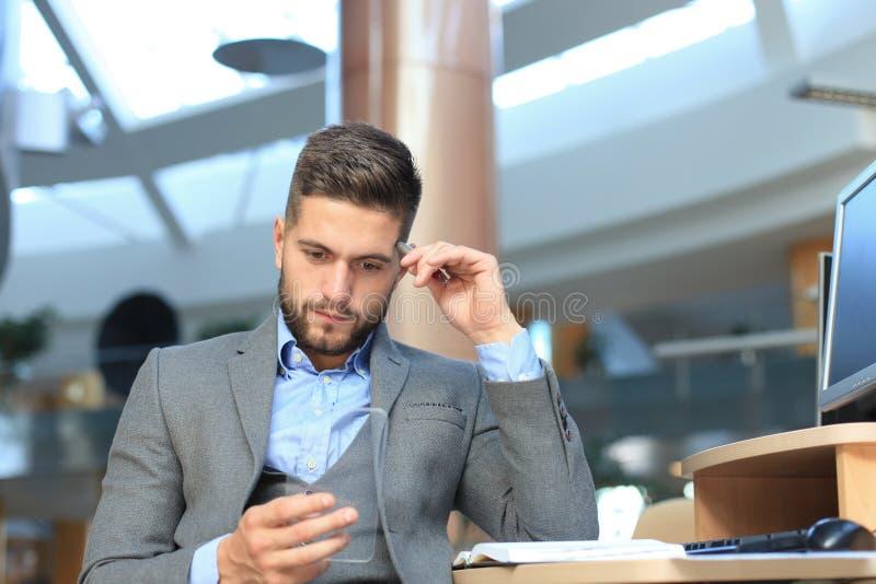 Будущая принципиальная схема Бизнесмен держит футуристический прозрачный умный телефон стоковая фотография rf