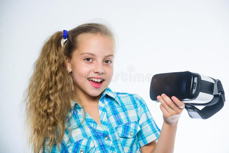Будущее и нововведение цифров Маленький ребенок в шлемофоне VR Изумленные взгляды виртуальной реальности маленькой девочки нося Н стоковая фотография rf