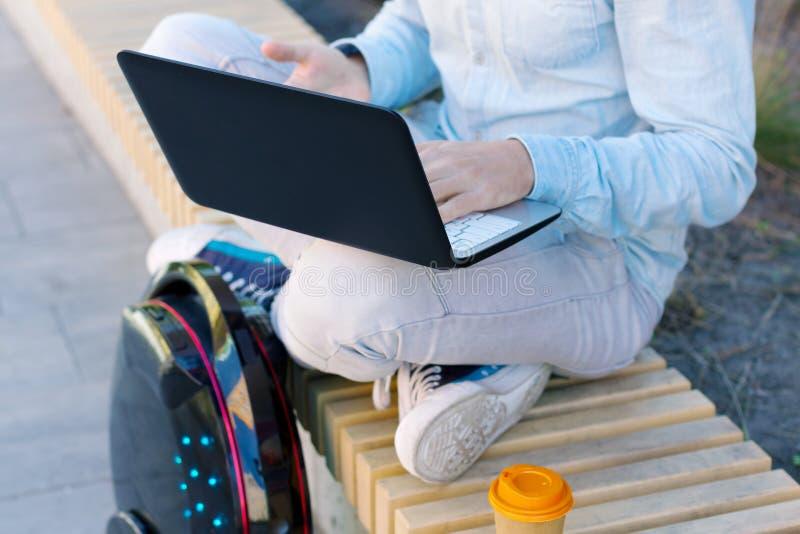 Будущее теперь концепция мужской инженер по программному обеспечению предпринимателя фрилансера студента человека с ноутбуком и э стоковое фото