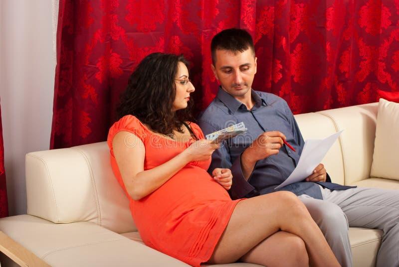 Будущие родители высчитывают их расходы стоковое изображение rf
