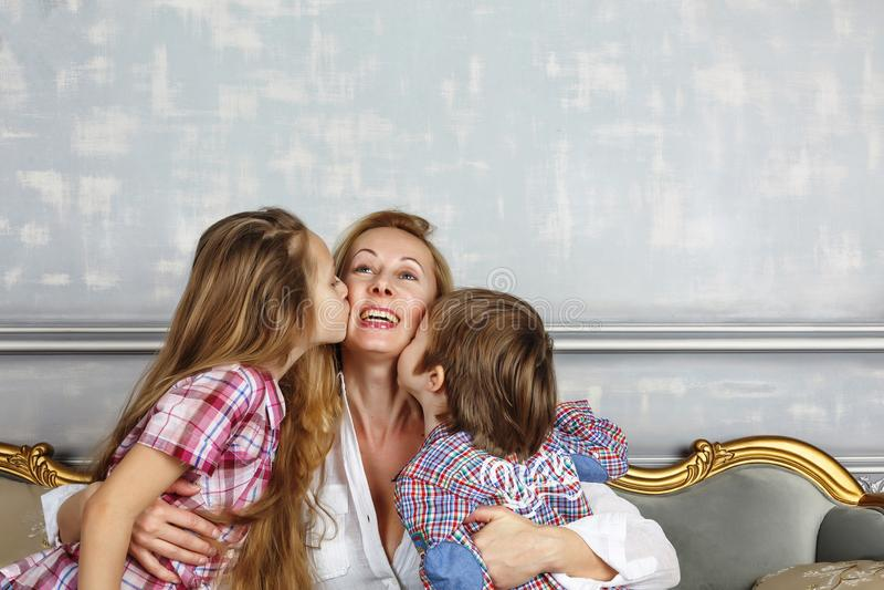 Будьте матерью дня ` s, маленьких детей, мамы, матери, счастливой семьи, милого c стоковые изображения