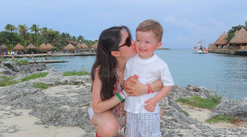 Будьте матерью и ее молодой сын, на пляже стоковая фотография