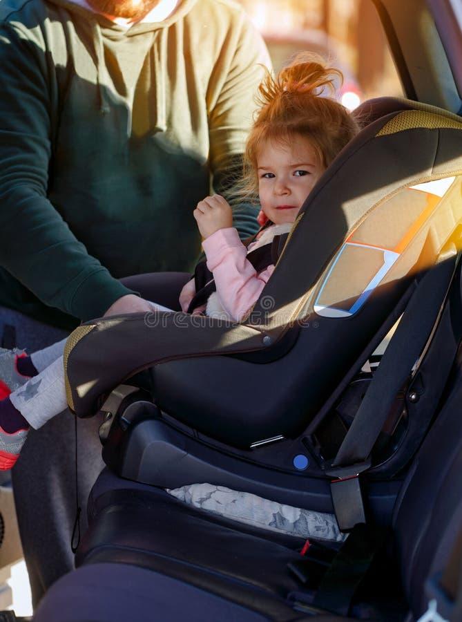 Будьте отцом пояса безопасностью крепления к ребенку в автомобиле стоковые фотографии rf