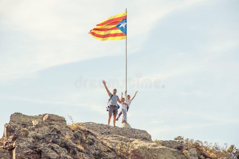 Будьте отцом с детьми вверху гора, около Catala стоковое изображение
