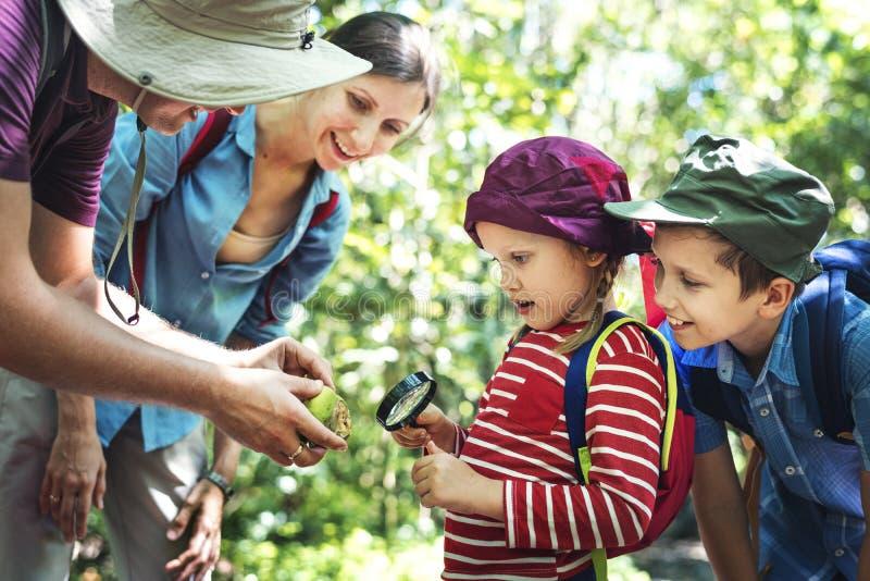 Будьте отцом учащ его дочери как использовать лупу стоковые фото