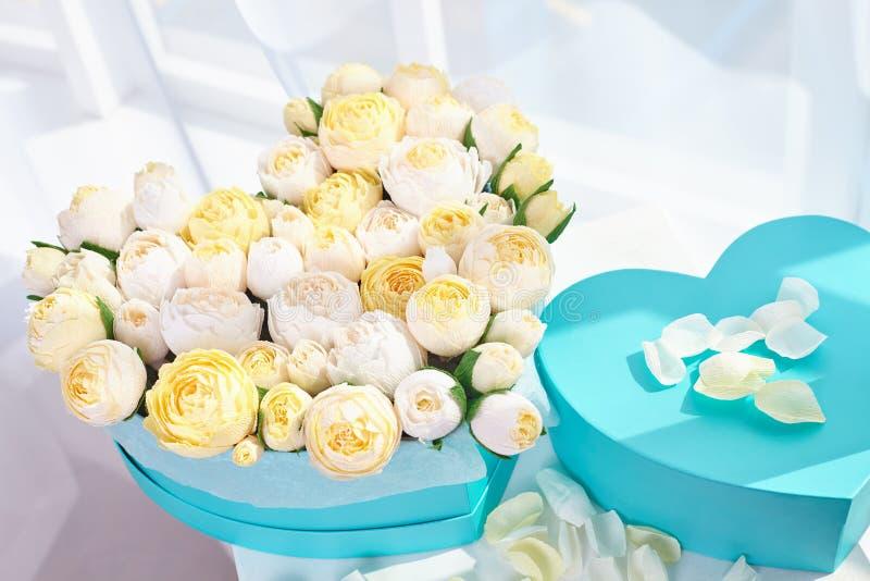 Букеты бумажных цветков в картонных коробках стоковая фотография rf