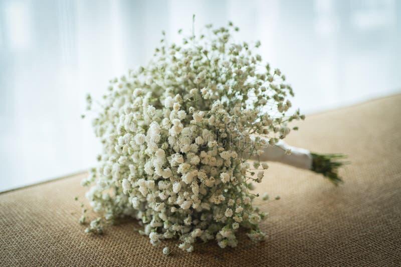 Букеты гипсофилы, белая растительность флористическая на софе в wedding cer стоковое фото