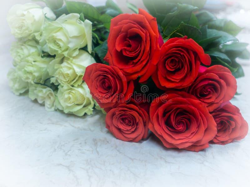Букеты красного цвета и белых роз стоковые фотографии rf