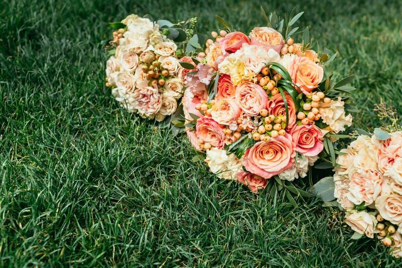 Букеты свадьбы невесты и bridesmaids на траве с местом fo стоковая фотография
