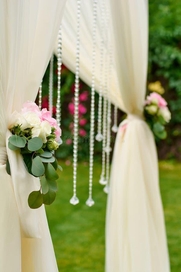 Букеты цветков на своде свадьбы стоковая фотография