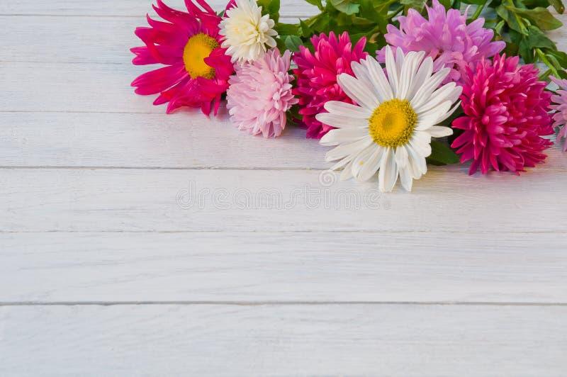 Букет астры на белом деревянном столе стоковое фото rf