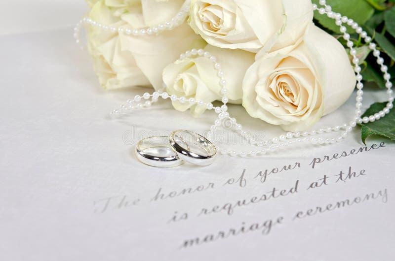 Букет белой розы и обручальные кольца стоковое фото rf