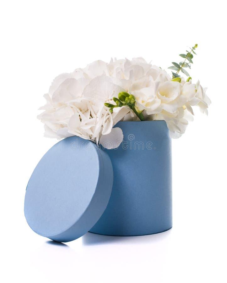Букет белых гортензий в круглой голубой коробке стоковое фото rf